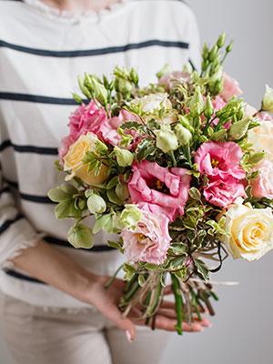 Mutter überraschen mit Blumen