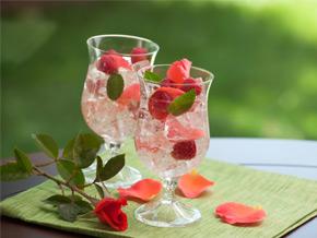 Sommerliche Cocktails mit Blumen